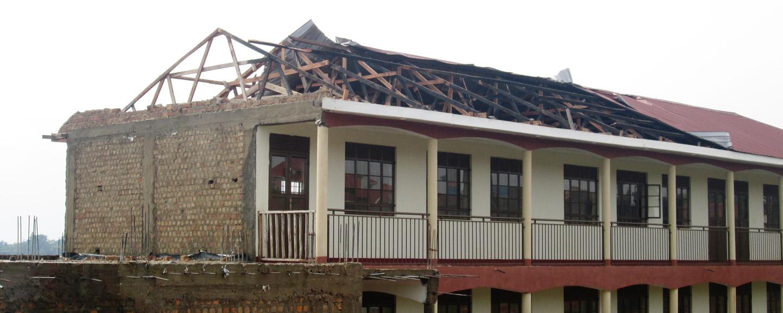 Reparación de escuela en Uganda