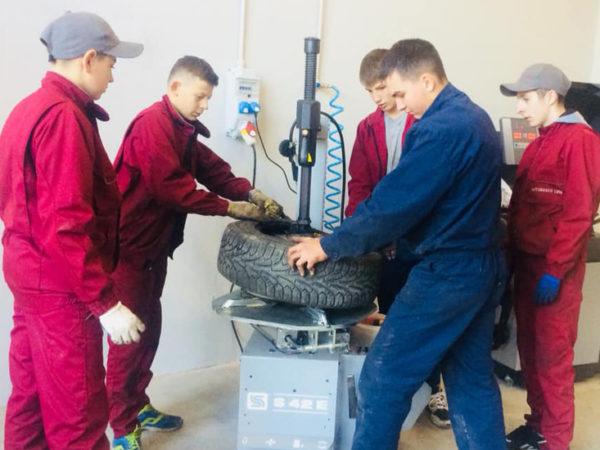 Taller mecánico en Ucrania para las prácticas de los alumnos
